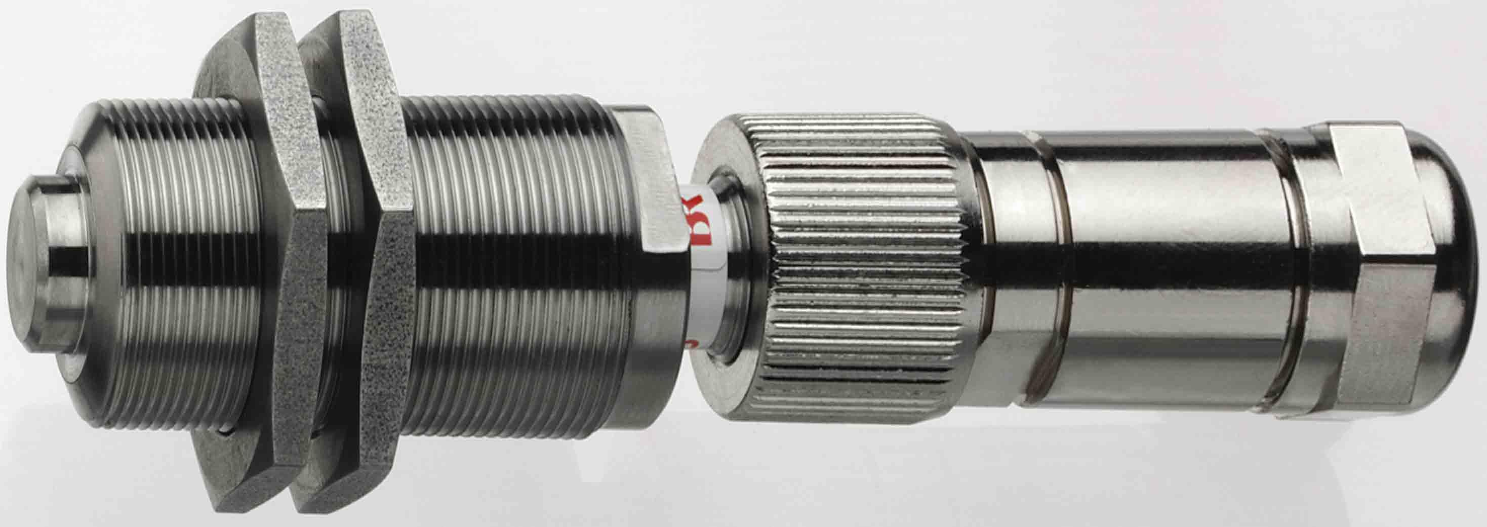 磁感应传感器A2S   只用于快速运动的钢制物体速度测量,不需要辅助能源,耐温125 °C,可用于辐射环境。 光电传感器   需在光亮部件或塑料部件表面粘贴反射标 签,长期工作要求清洁的工作环境。其玻璃纤维传光部件  适合于水下和高温环境及其他特殊应用场合。